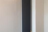 Радиатор системы отопления в здании во время отделки